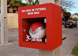 Рекламная идея №5837. Размещение футбольных мячей на столбах
