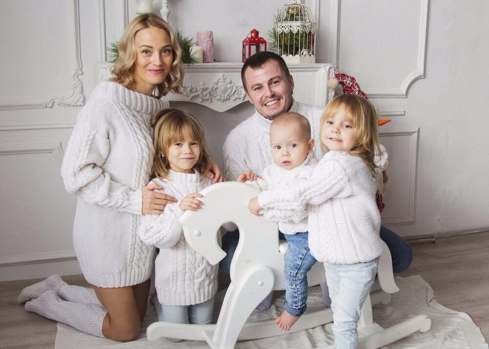 6c74a5a6ccab Пусть это будет комплекты новогодних свитеров «family-look», которые  помогут целой семье создать единый образ для праздничного ужина или  фотосессии.